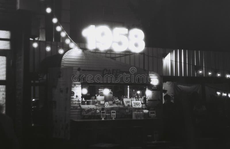 Caminhão do alimento na noite fotos de stock royalty free
