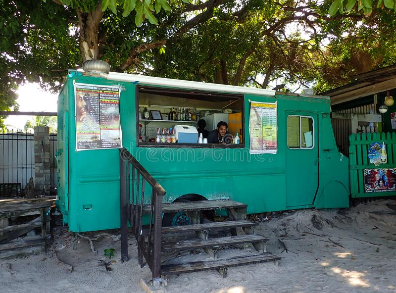 Caminhão do alimento que vende o alimento e as bebidas na praia de Coki em St Thomas, E.U. Ilhas Virgens foto de stock royalty free