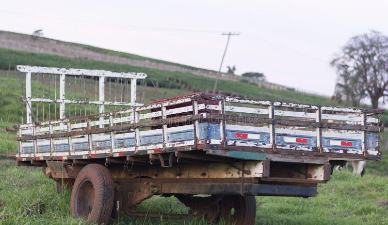 Caminhão do corpo na exploração agrícola fotografia de stock royalty free