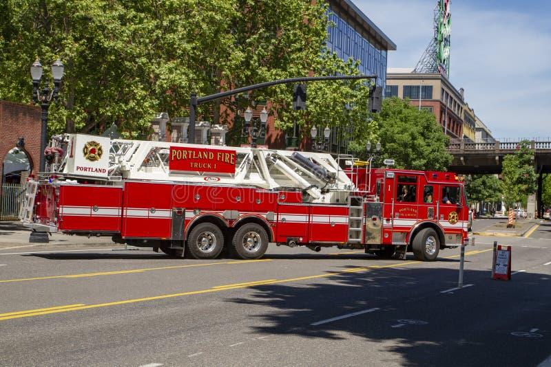 Caminhão do gancho & de escada do departamento dos bombeiros foto de stock