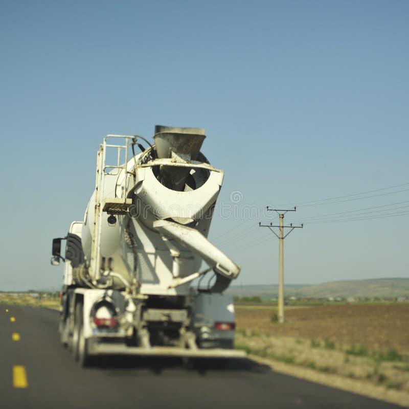 Caminhão do misturador concreto para o edifício da construção fotografia de stock