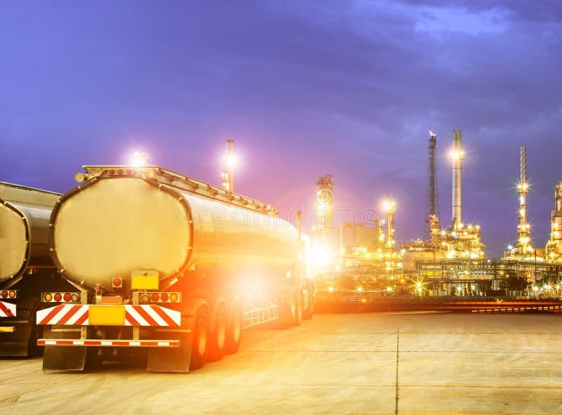 Caminhão do recipiente do óleo na propriedade petroquímica da indústria da refinaria fotografia de stock royalty free