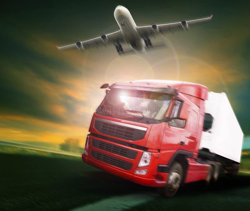 Caminhão do recipiente e avião de carga do frete que voa acima na terra e fotografia de stock royalty free