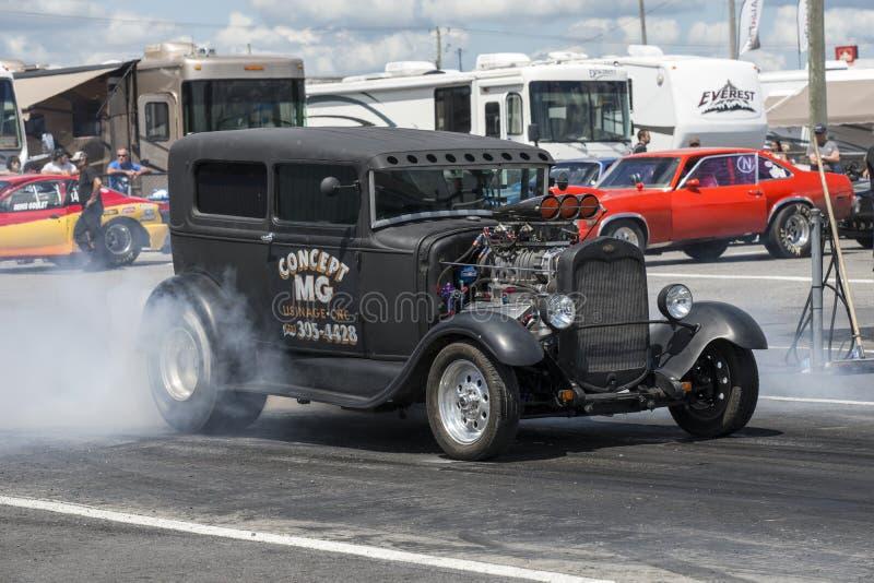 Caminhão do vintage na trilha que faz um fumo mostrar imagens de stock royalty free