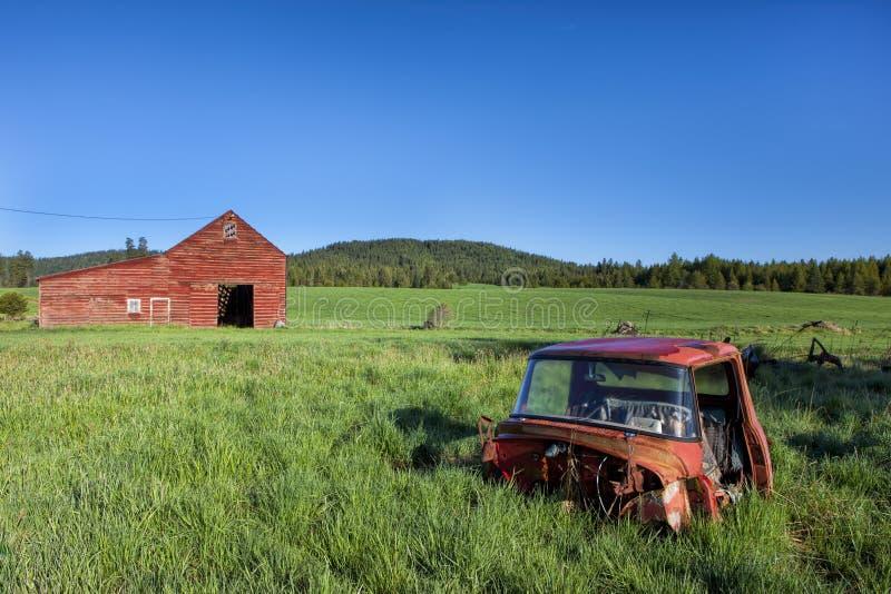 Caminhão e celeiro velhos fotografia de stock royalty free