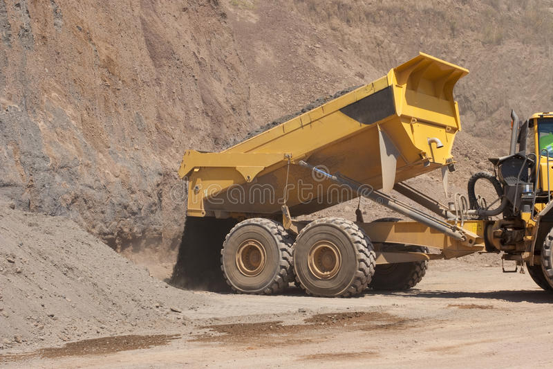Caminhão e escavadora foto de stock