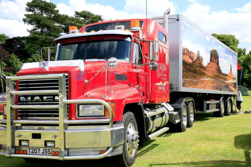 Caminhão e reboque de transporte da capa de chuva foto de stock