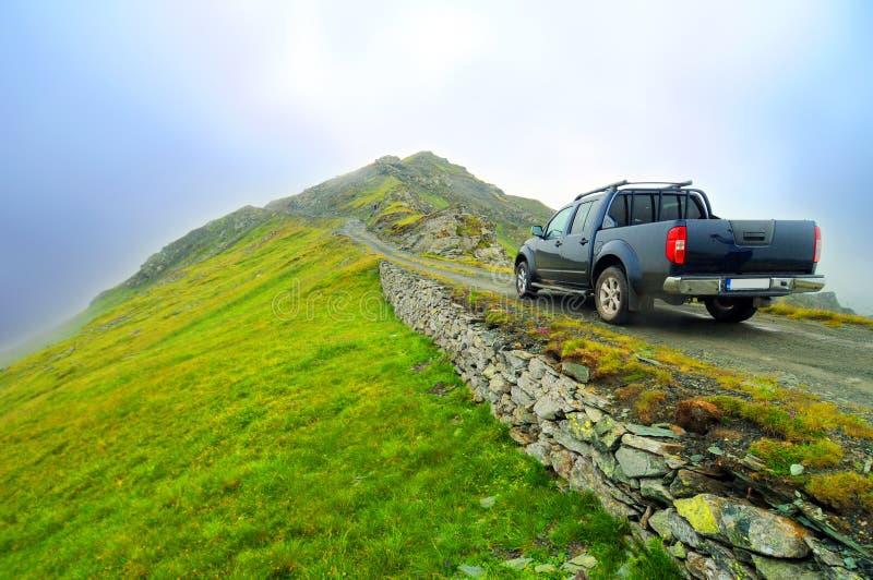 Caminhão em Transalpina romeno imagem de stock royalty free