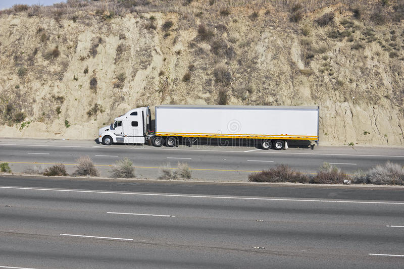 Caminhão em uma autoestrada fotografia de stock