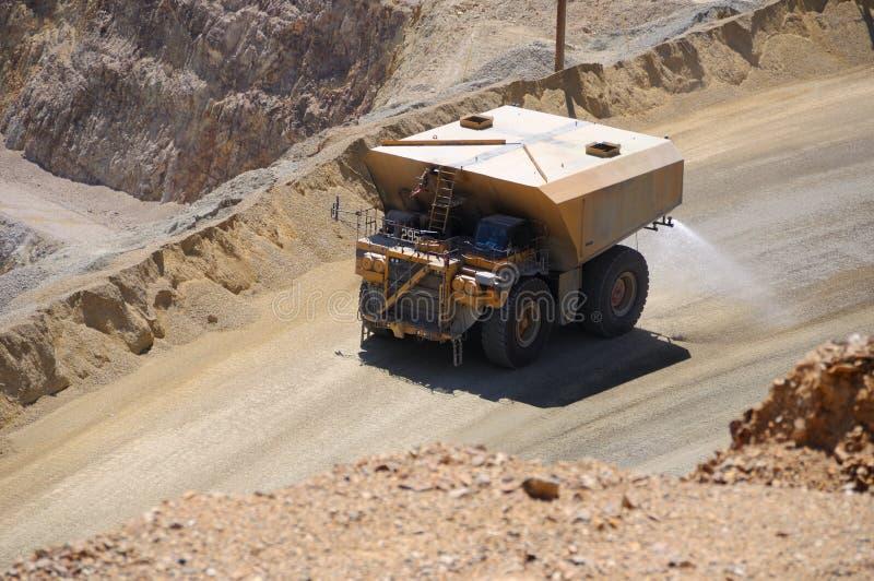 Caminhão gigante da água que suprime a poeira fotos de stock