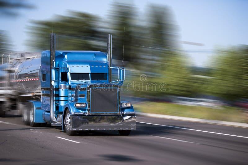 Caminhão grande azul personalizado impressionante do equipamento semi com reboques do tanque imagens de stock