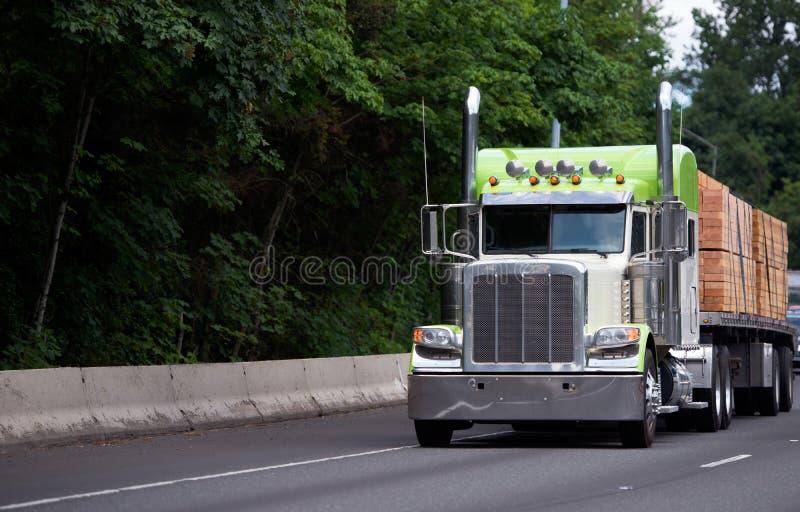 Caminhão grande clássico personalizado do equipamento semi com o tran do reboque da cama lisa imagem de stock