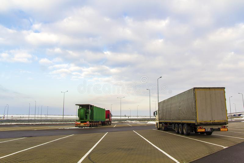 Caminhão grande da carga estacionado em um parque de estacionamento imagem de stock