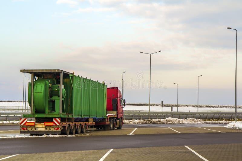 Caminhão grande da carga estacionado em um parque de estacionamento foto de stock royalty free