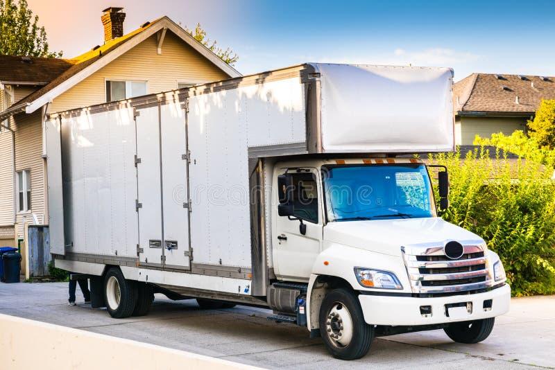 Caminhão movente branco fotografia de stock royalty free