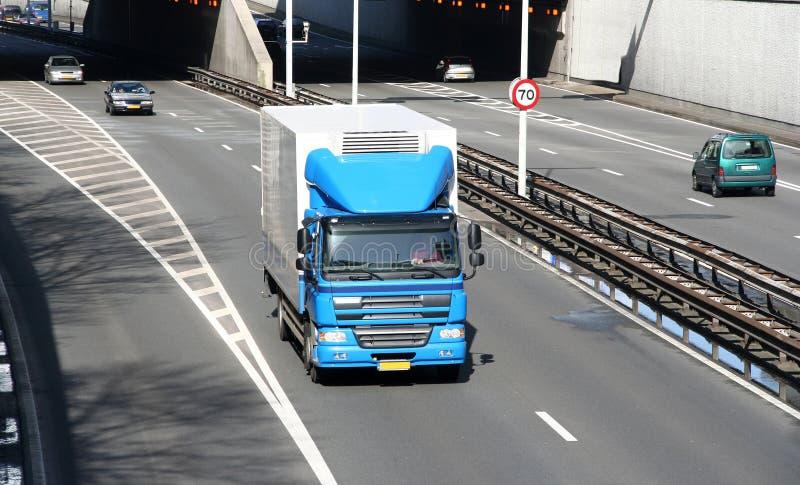 Caminhão na autoestrada fotografia de stock royalty free