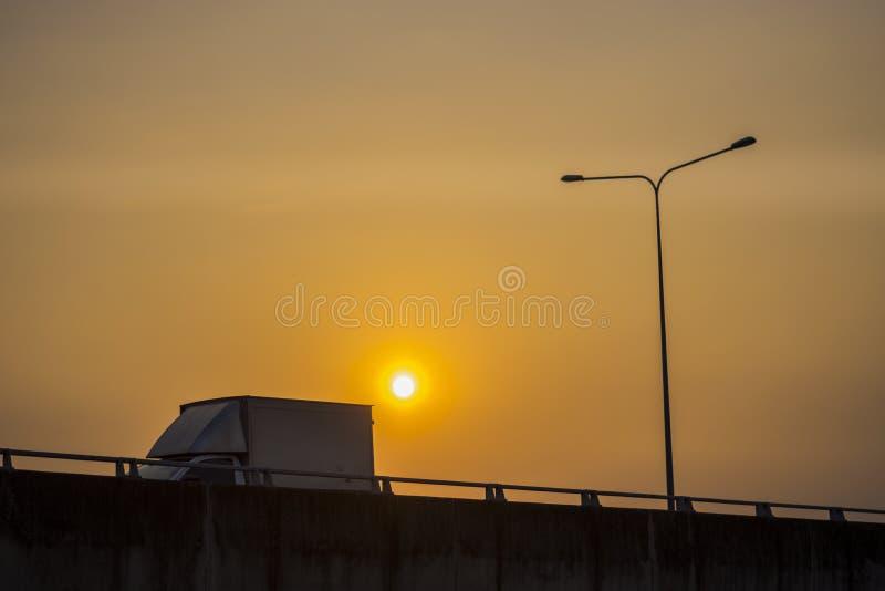 Caminhão na estrada no por do sol imagem de stock