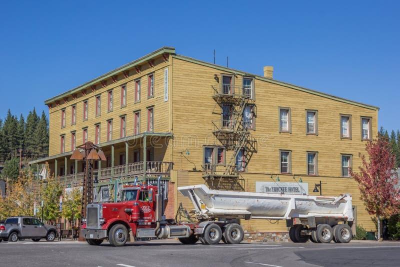 Caminhão na frente de um hotel em Truckee fotografia de stock