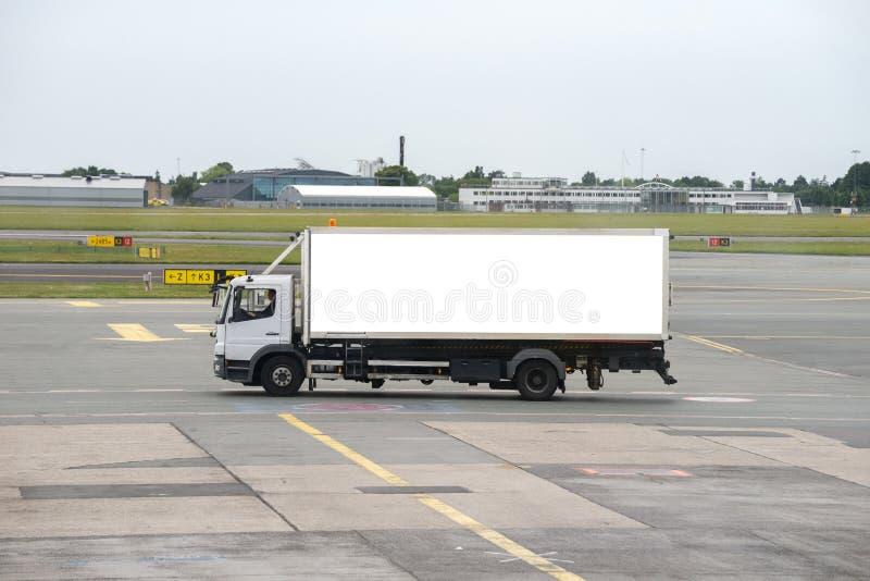 Caminhão na pista de decolagem do aeroporto imagem de stock