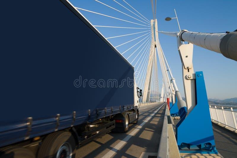 Caminhão na ponte foto de stock royalty free