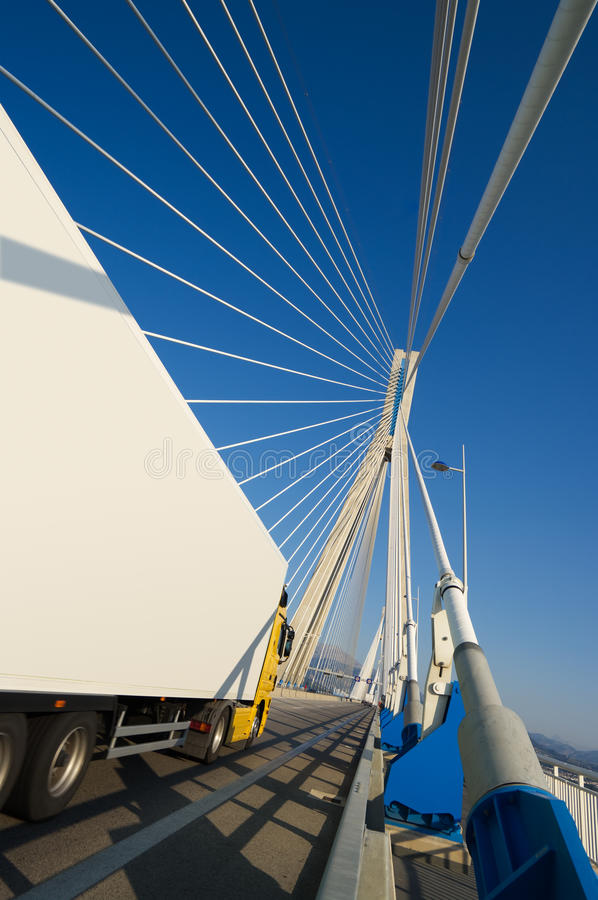 Caminhão na ponte (vertical fotos de stock