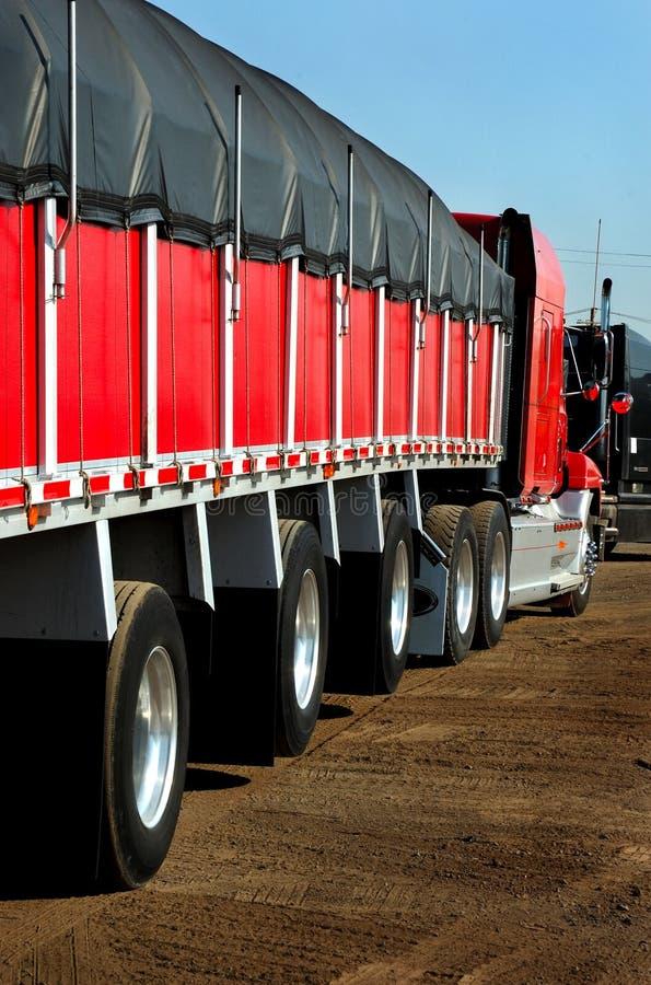 Caminhão na porta de aço do armazém imagens de stock