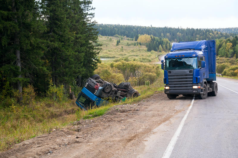 Caminhão no acidente do veículo fotografia de stock