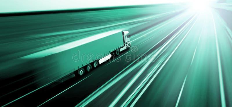 Caminhão no borrão de movimento da estrada asfaltada foto de stock