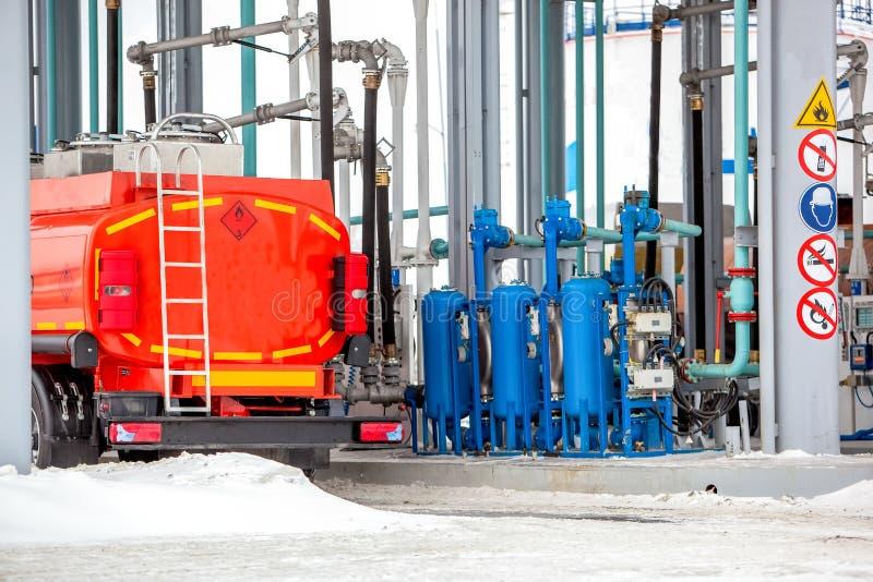 Caminhão no posto de gasolina na fábrica da refinaria de petróleo imagens de stock