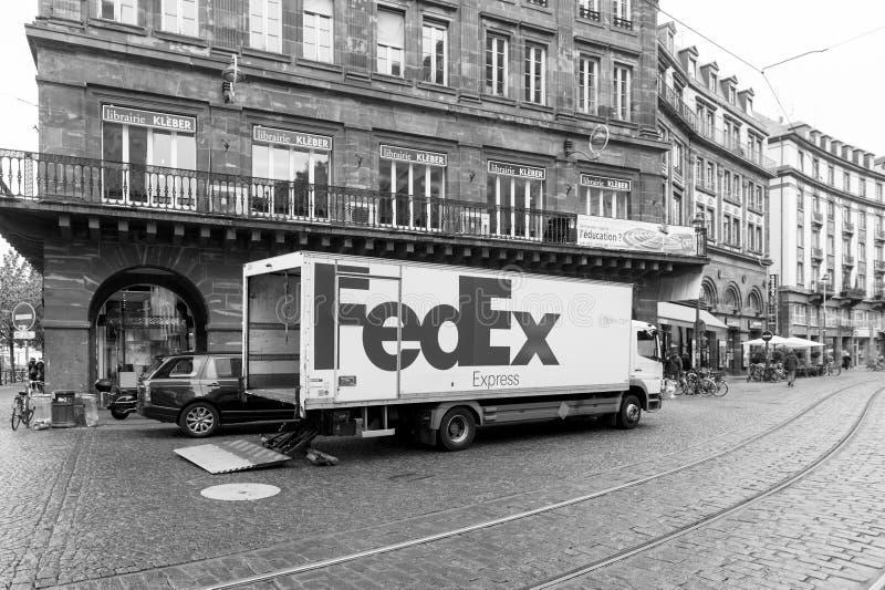 Caminhão novo de Fedex no centro da cidade que descarrega o pacote da mercadoria foto de stock