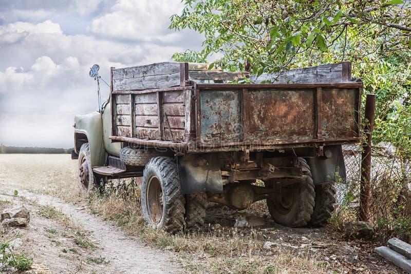 Caminhão oxidado velho imagens de stock