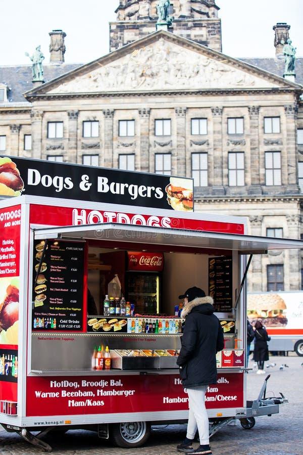 Caminhão pequeno do alimento em Dam Square no distrito central velho de Amsterdão fotografia de stock