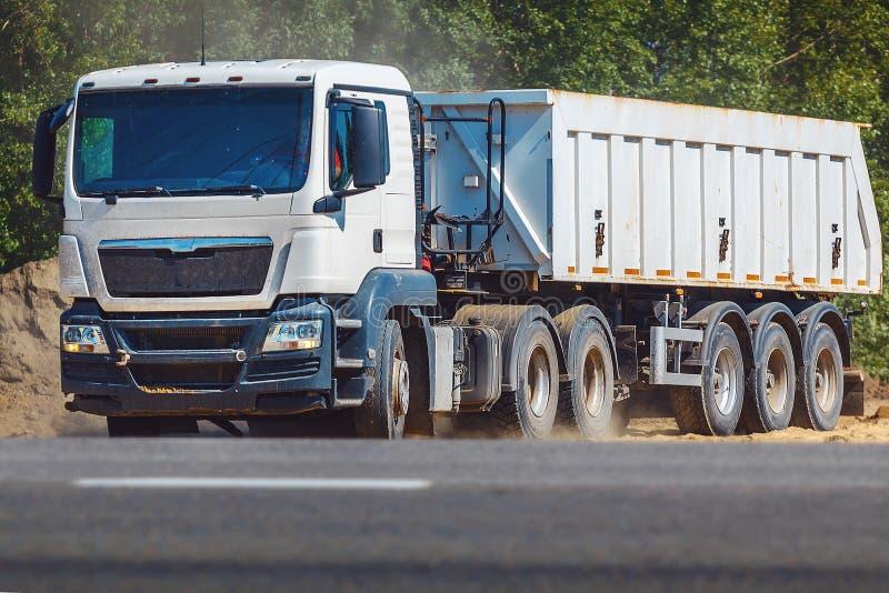 Caminhão pesado com o reboque na estrada Logística do transporte e transporte da carga fotografia de stock