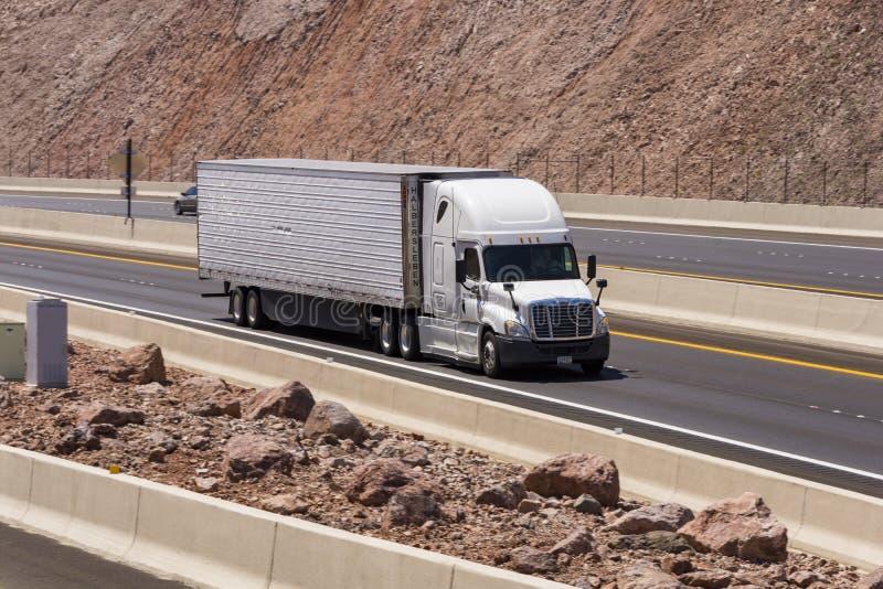 Caminhão que conduz em uma autoestrada fotografia de stock