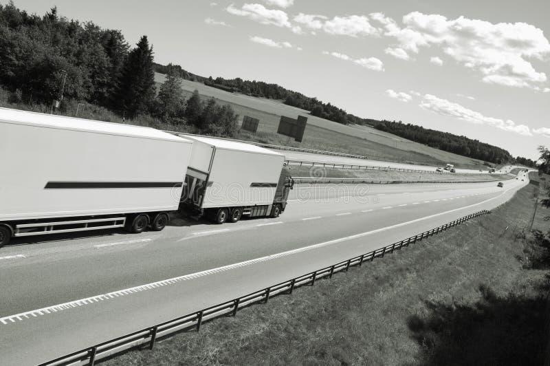Caminhão que conduz na estrada imagens de stock