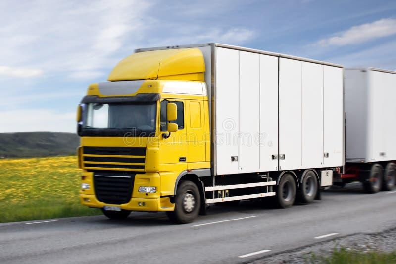 Caminhão que conduz na país-estrada imagem de stock royalty free
