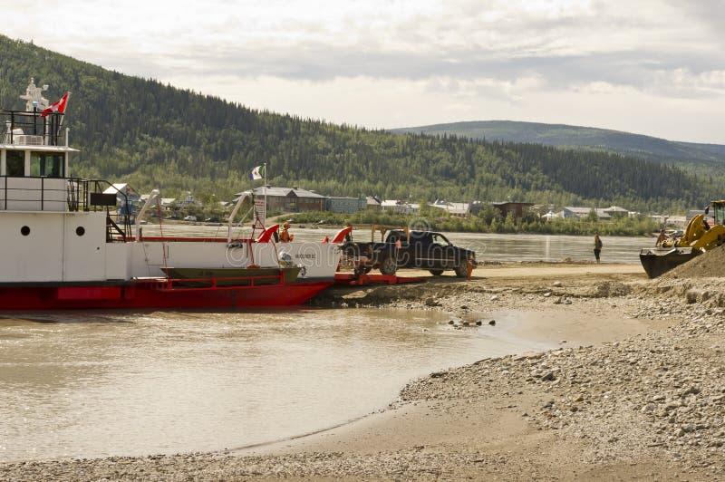 Caminhão que desembarca a balsa do Rio Yukon imagem de stock royalty free