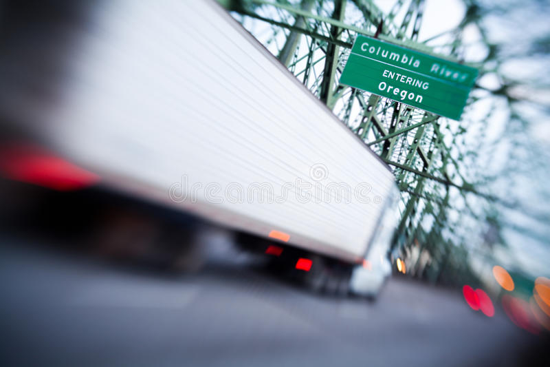 Caminhão que entra em Oregon em de um estado a outro fotos de stock royalty free