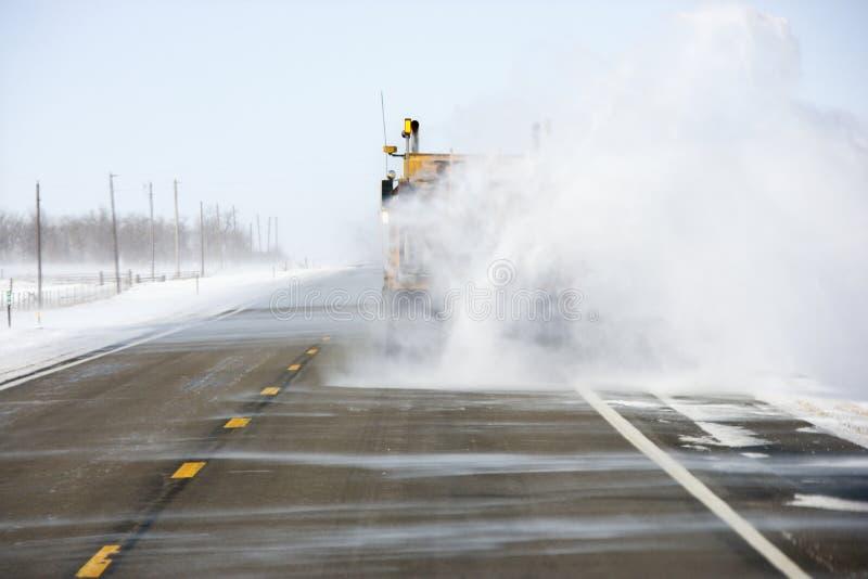 Caminhão que retrocede a neve na estrada. fotos de stock
