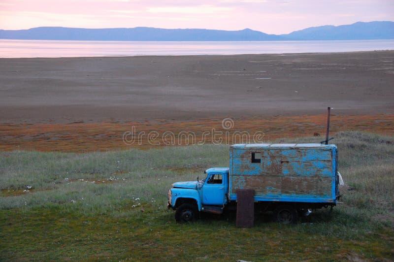 Caminhão quebrado velho adaptado como derramado na ilha da tundra fotos de stock royalty free