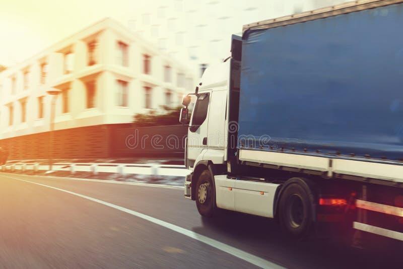 Caminhão rápido em um fornecimento da estrada de cidade imagem de stock