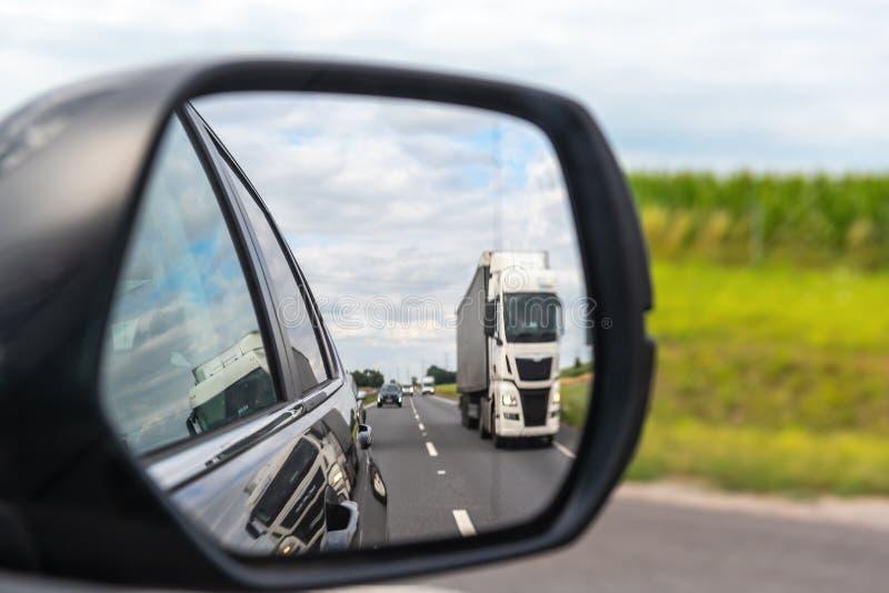 Caminhão refletido no espelho de carro foto de stock royalty free