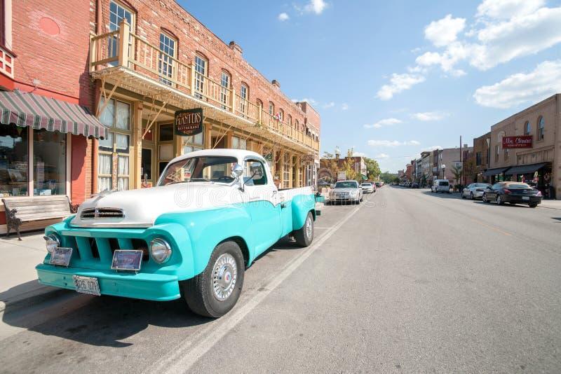Caminhão restaurado de Studebaker em Main Street Hannibal Missouri EUA fotos de stock royalty free