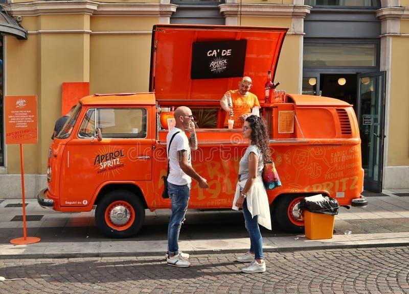 Caminhão T2 da Iconic Volkswagen usado como bar pop-up Aperol Spritz na rua da cidade foto de stock