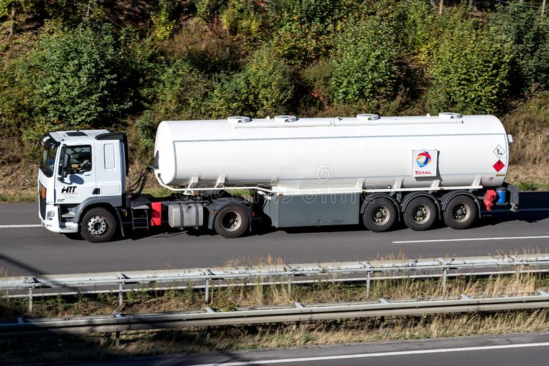 Caminhão total na estrada fotografia de stock