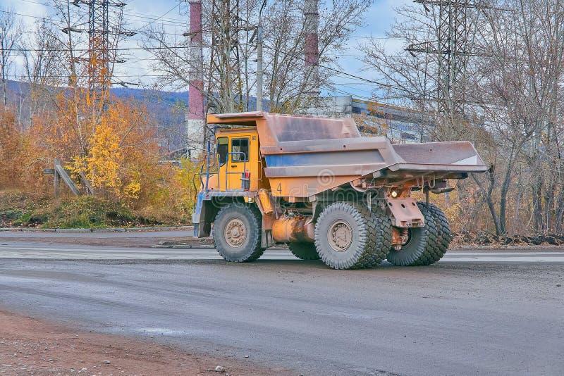 Caminhão traseiro esquerdo de BelAZ imagens de stock