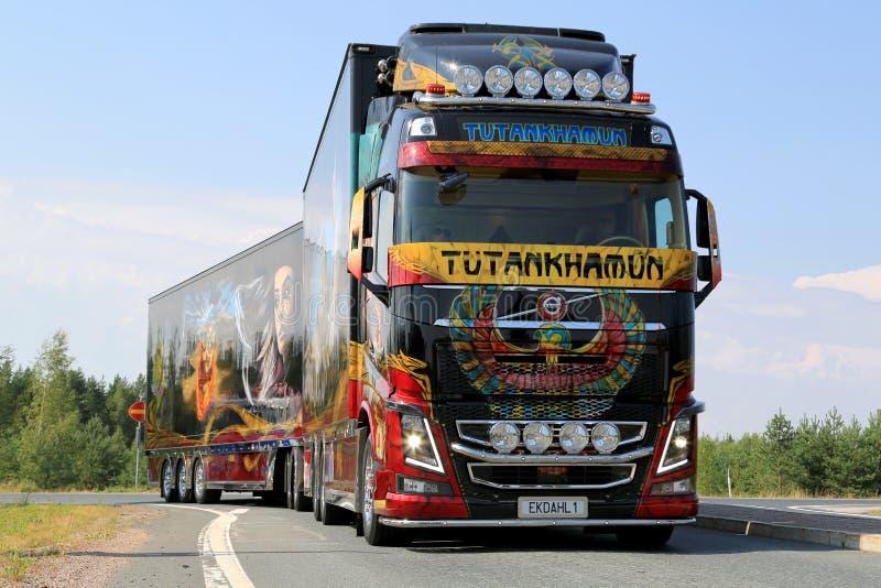 Caminhão Tutankhamun da mostra de Volvo na estrada imagens de stock