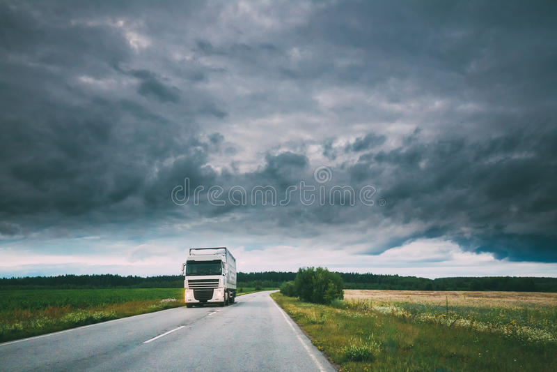 Caminhão, unidade do trator, prima - motor, unidade da tração no movimento na estrada secundária, autoestrada em Europa Céu nebul imagens de stock royalty free