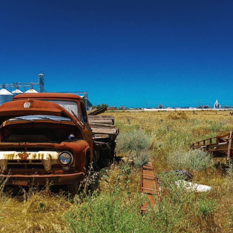 Caminhão velho abandonado do baixio na exploração agrícola por uma fábrica imagem de stock