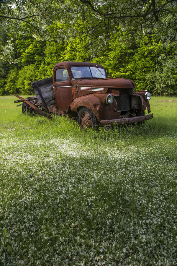 Caminhão velho da exploração agrícola foto de stock